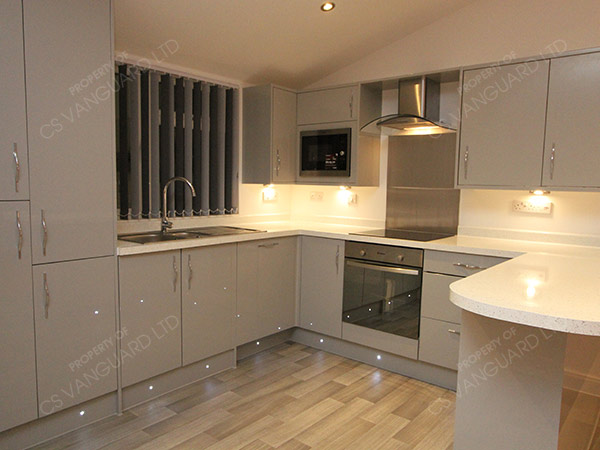 Greywhiteglosskitchen CS Vanguard - Grey and white gloss kitchen